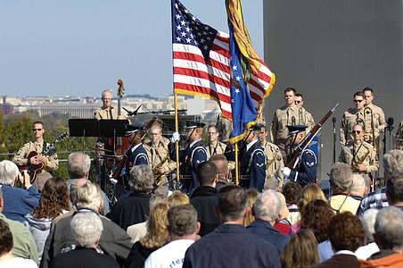 都在看国旗下的军人图片