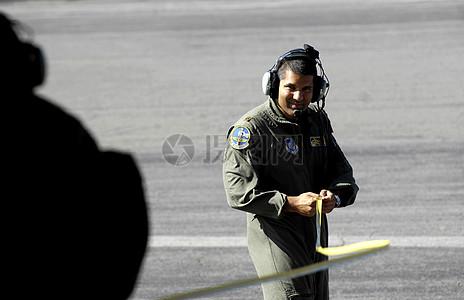 戴着耳麦的军人图片