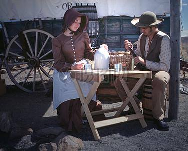 准备饮酒的男人女人图片