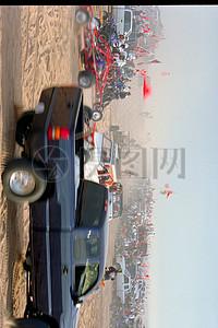 行驶在荒漠里的汽车图片