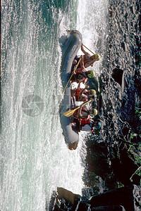 激流中的充气船图片