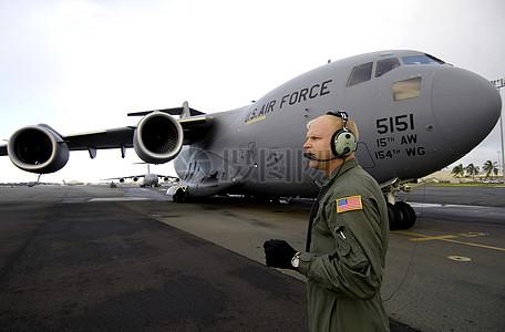 飞机和戴着耳麦的军人图片