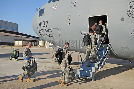上飞机中的士兵图片