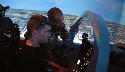 驾驶船艇的男人图片