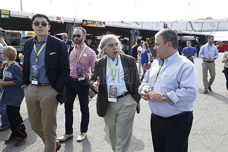 秘书欧内斯特·莫尼兹从迈克·林奇博士NASCAR绿色创新的副总裁,听说了NASCAR的努力,以减少运图片
