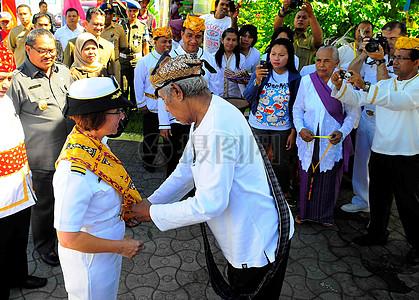 太平洋伙伴关系2010指挥官上校丽莎M. Franchetti从印尼官方收到一个文化服装图片