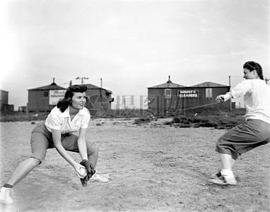 打球中的女子图片