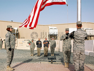 站在国旗下的士兵图片