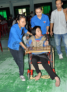 美国国际开发署支持交付轮椅的人在岘港残疾。图片