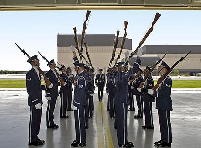 面对面拿枪的军人图片
