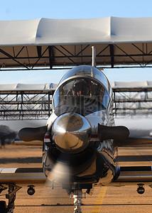 银色的大飞机头部图片