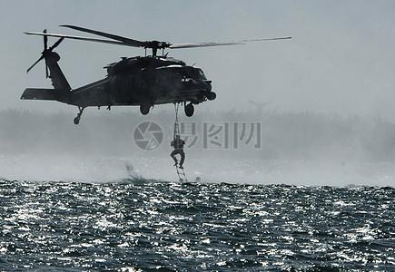 正在降落海上救生员的飞机图片