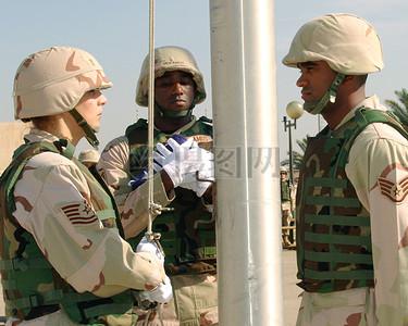 正在升旗的军人图片