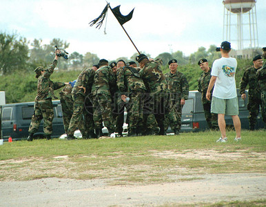 齐心协力聚集的军人图片