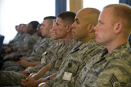 坐姿整齐的军人图片