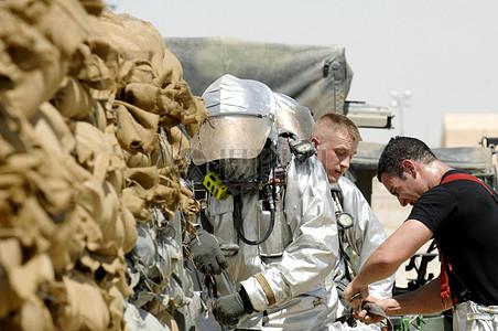 穿着防护服的男人图片