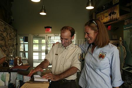 避难经理Ken斯特姆和代理区域董事邓文迪·韦伯图片