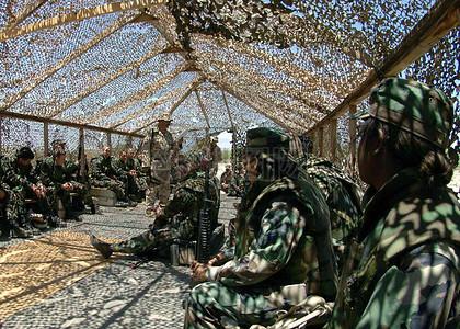 防护网下的士兵图片