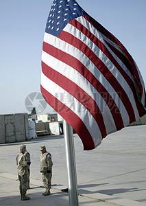 国旗下被批评的军人图片
