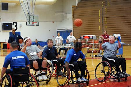 打球中的残疾人图片