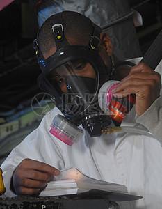 戴着防护面具的男人图片
