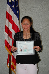 在国旗下拿着证书的女子图片