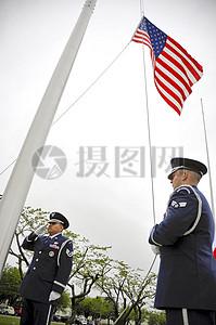 升旗中的军人图片