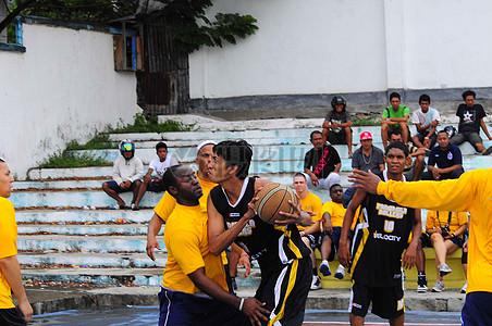 从Pangasila Ballers的印尼球员上升了射击图片