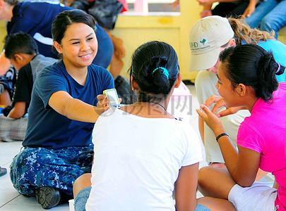 约曼三等奖Adrina瓦斯奎兹显示两个女孩印尼一张照片图片