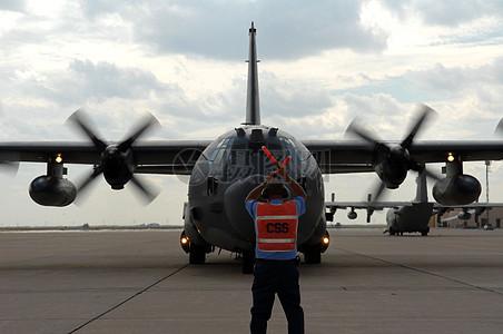 指挥飞机停靠位置的技术人员图片