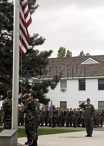在升旗的军人图片