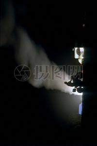 黑夜中的白色烟雾图片