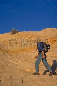 走在荒漠里的男子图片