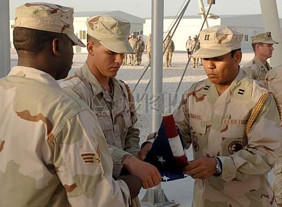 美国旗帜与军人图片