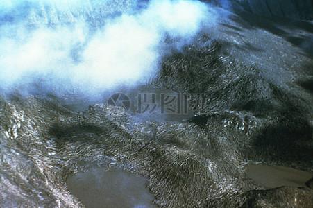 山间的白色烟雾图片