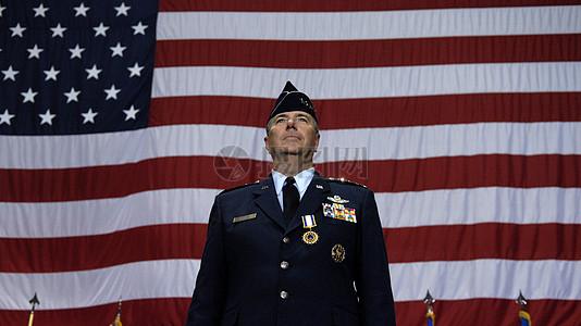 国旗下的男子图片
