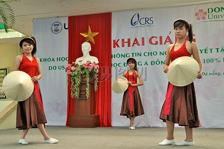 东亚大学与美国国际开发署和CRS加入与岘港的残疾人,以纪念者国际日图片