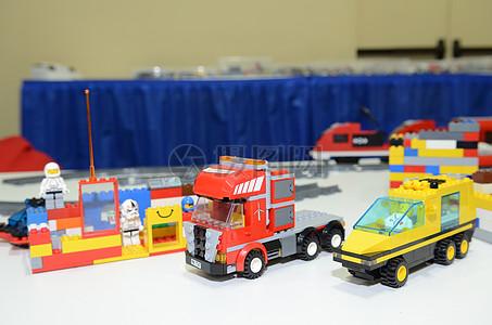 桌子上的玩具车图片