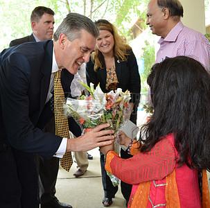 奥尔森大使正在他在Jamshoro热电厂抵达时赠送花束图片