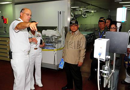 上尉(博士)帕里什解释了热图像扫描仪印尼国防部长普尔诺莫·尤斯吉安托罗博士图片