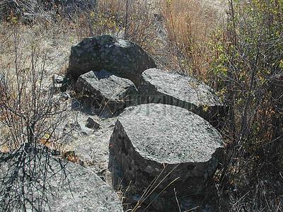 查看玄武岩柱状的典型六边形散热断裂格局。图片