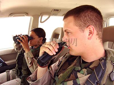 车厢内拿着望远镜和对讲机的军人图片