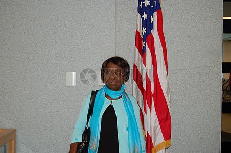 在国旗下的女人图片