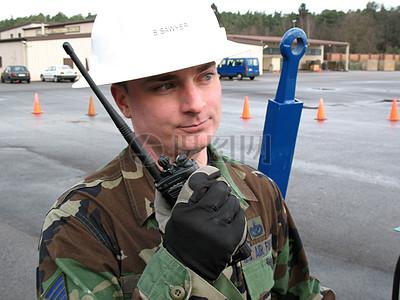 拿着对讲机的士兵图片
