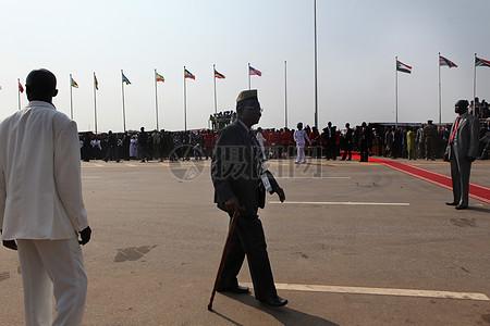 国旗下行走的男人图片