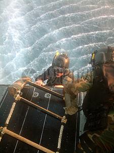 穿着潜水服的男人图片