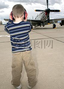 戴着耳机的男孩图片