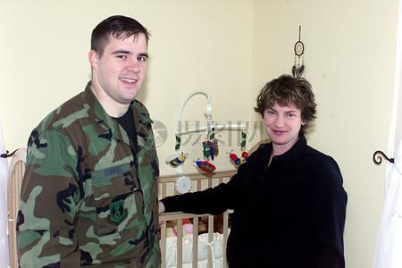 婴儿车旁的军人和妻子图片