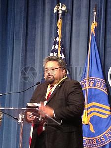 台前发言的男人图片