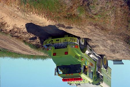 行驶在荒漠中的货车图片